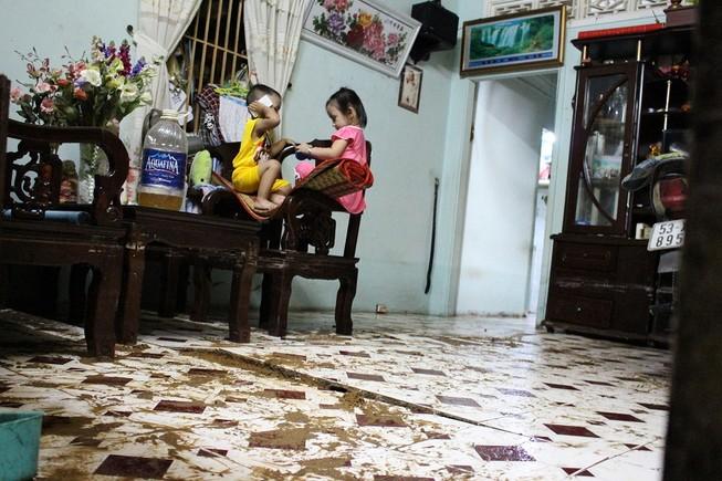 TP.HCM: Nước lật tung nền nhà trong cơn mưa lịch sử