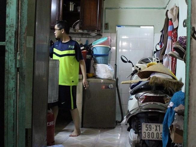 Người dân khổ sở vì nước xối xả tràn vào nhà