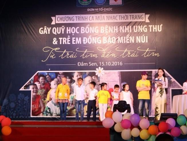 Trẻ song sinh ca hát gây quỹ ủng hộ bệnh nhi ung thư