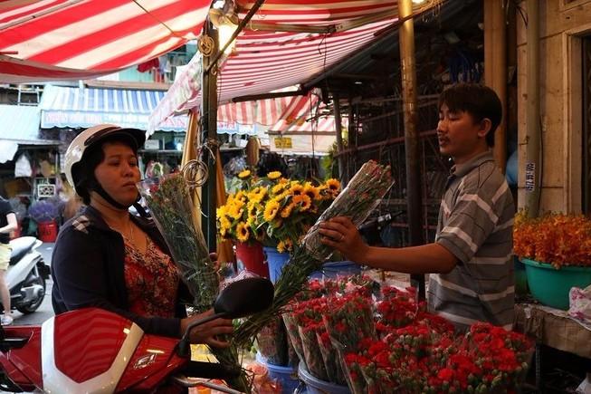 Chợ hoa Hồ Thị Kỷ: Ngôi chợ không ngủ trong lòng phố