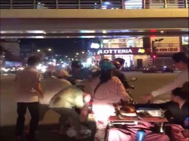Tranh nhau giật quà từ thiện trong đêm ở Sài Gòn