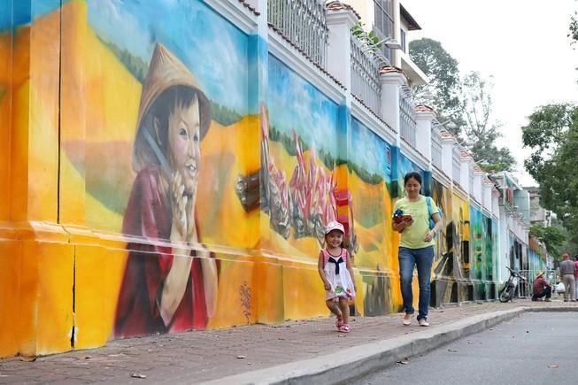 Ngẩn ngơ tranh tường trên phố Sài Gòn