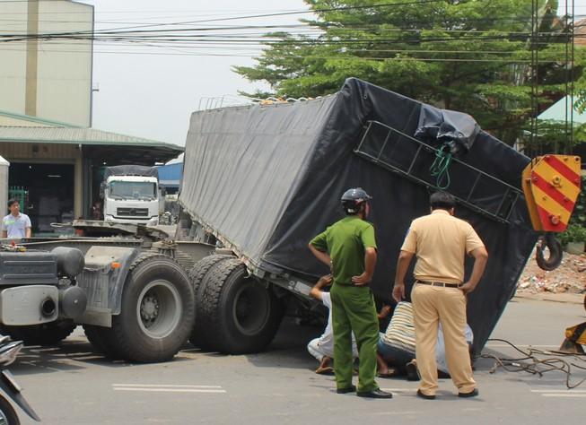 Kinh hãi xe container đang chạy đứt rơ moóc đổ xuống đường