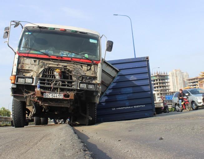 Đường lún khủng khiếp, xe đầu kéo nghiêng ngả hất văng cả container