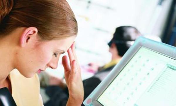Bí quyết tránh đau đầu khi ngồi làm việc với máy tính?