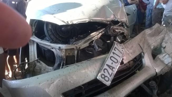 Xe con nổ lốp, tông vào xe đông lạnh làm 3 người chết