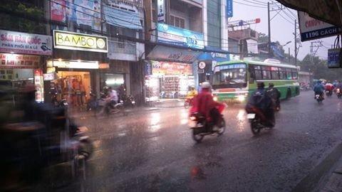 Mưa chuyển mùa, Sài Gòn sớm nắng chiều mưa