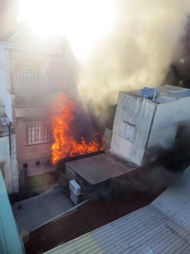 Căn nhà chứa sơn ở Sài Gòn bốc cháy, người dân hoảng loạn sơ tán