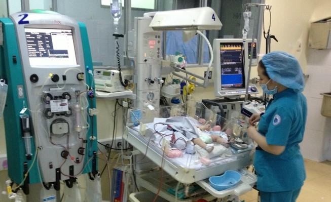 Lọc máu liên tục cứu sống bé sơ sinh