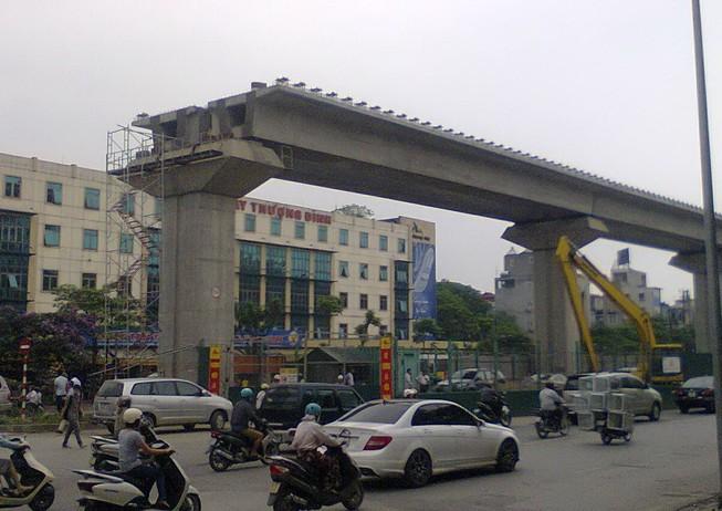 Dự án đường sắt trên cao Hà Nội lại xảy ra tai nạn: Thanh sắt rơi trúng xe ô tô!