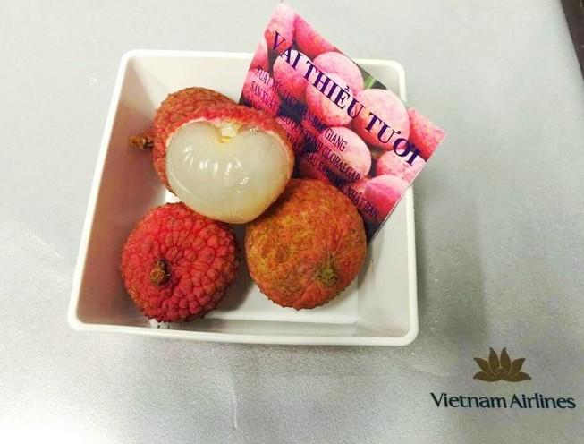 Vietnam Airlines đưa vải thiều tươi vào thực đơn món tráng miệng