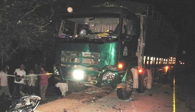 Hai xe máy đấu đầu xe tải, ba thanh niên tử nạn