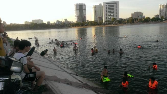 Liên tiếp xảy ra chết đuối, dân Hà Nội vẫn vô tư tắm 'hồ tử thần'