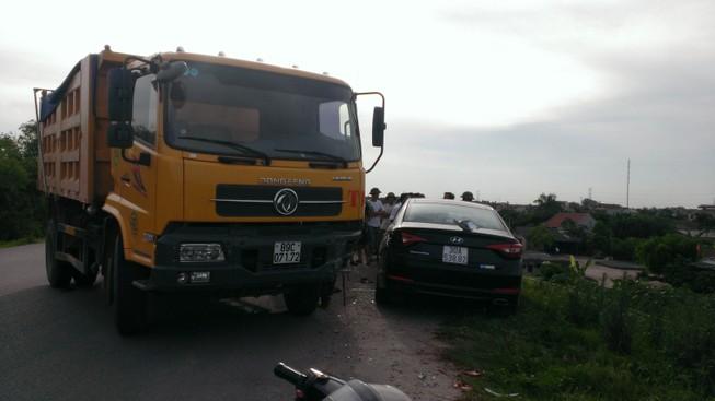 Mất lái, xe tải tông nát xe con