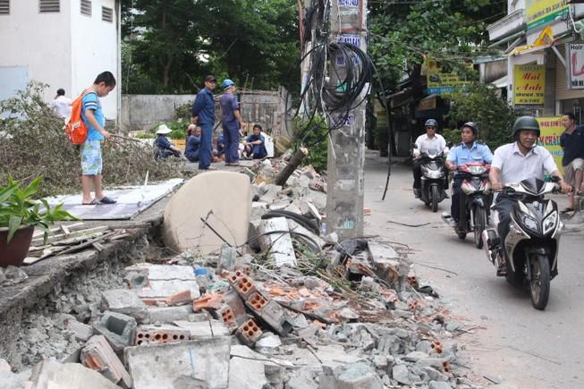 Tường bao chung cư đổ đè bẹp xe và người, ai chịu trách nhiệm?