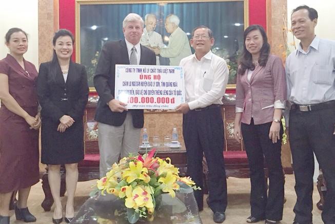 Tặng 100 triệu cho ngư dân Lý Sơn bám biển