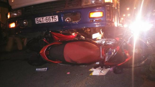Ba xe máy bị tải cuốn vào gầm khi đang dừng đèn đỏ