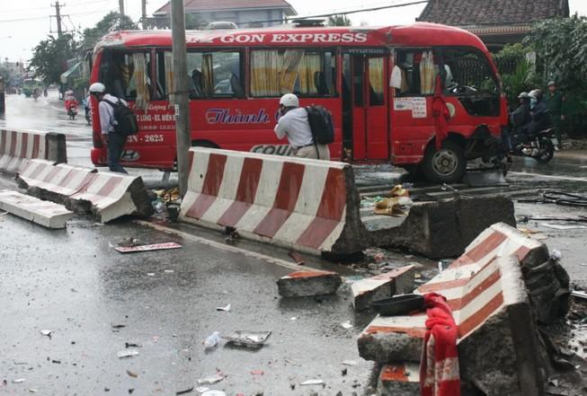 Xe khách mất lái, đâm vào dải phân cách làm 10 người bị thương