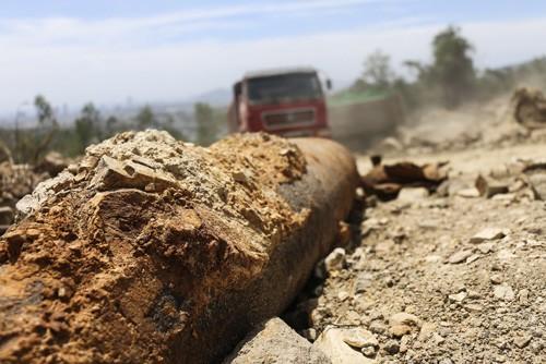 Lại phát hiện bom 'khủng' khi đào đất