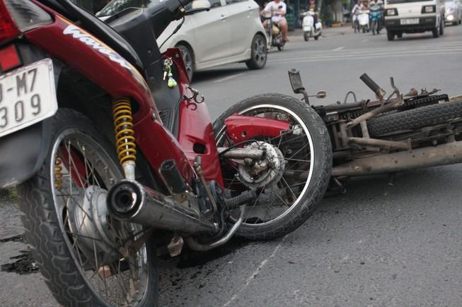 Xe máy gãy gập sau cú tông trực diện