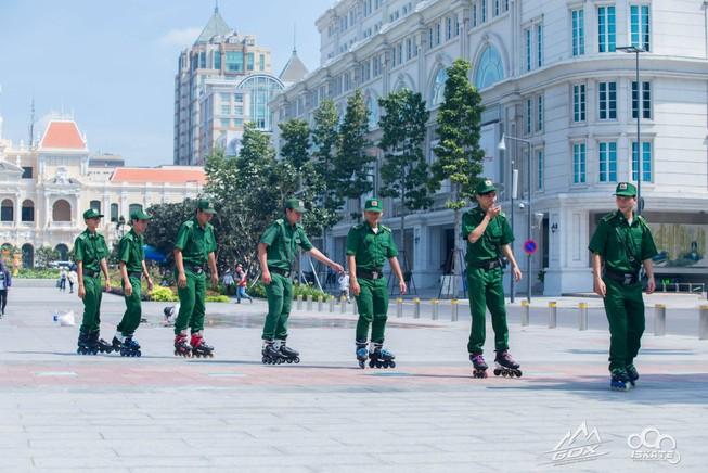 Trượt patin tuần tra trên phố đi bộ Nguyễn Huệ
