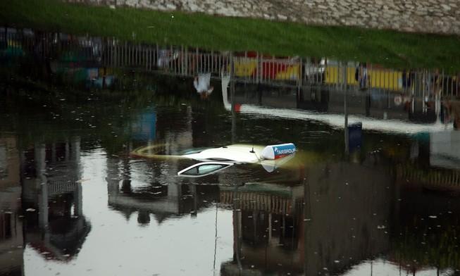 Tò mò lái thử taxi rồi đâm xuống sông Tô Lịch