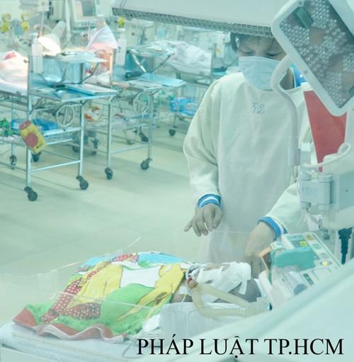 Vụ bé sơ sinh bị đâm vào đầu: Người mẹ xúc động mạnh khi gặp lại con
