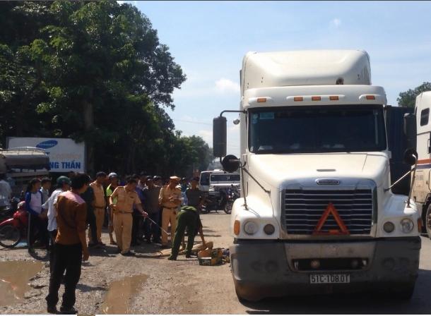 Một thanh niên chết thảm dưới bánh xe container