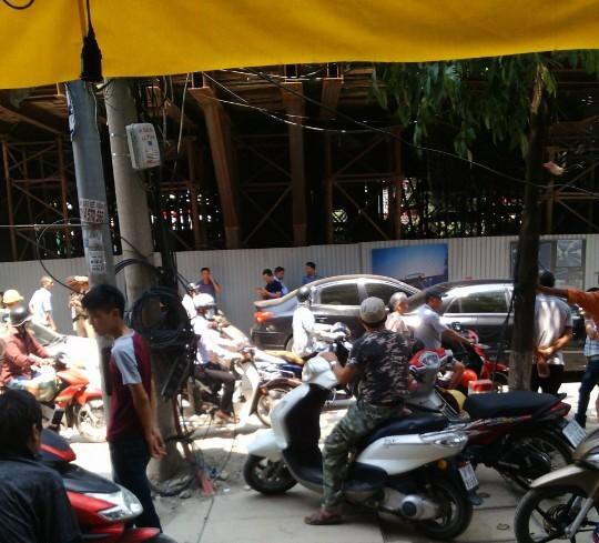 Dự án đường sắt trên cao Cát Linh-Hà Đông: Thanh sắt  lại rơi trúng ô tô