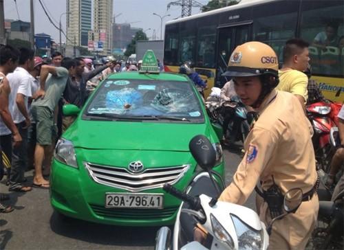 CSGT truy đuổi taxi vi phạm chạy bạt mạng trên đường phố Hà Nội