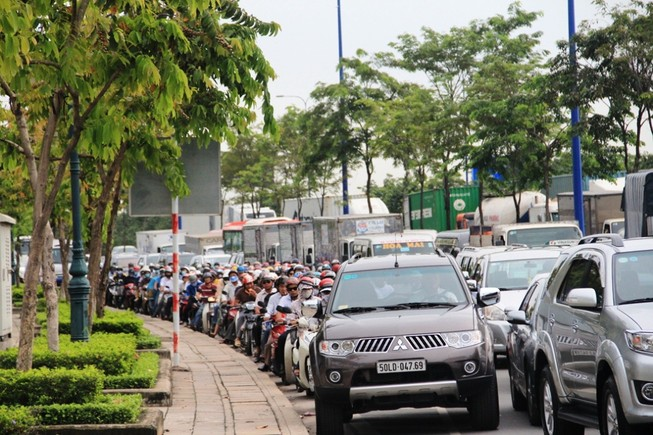 Hàng trăm xe rồng rắn trên đại lộ ngàn tỉ