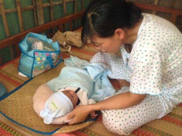 Những hình ảnh đầu tiên của bé sơ sinh bị đâm vào đầu khi về tới nhà