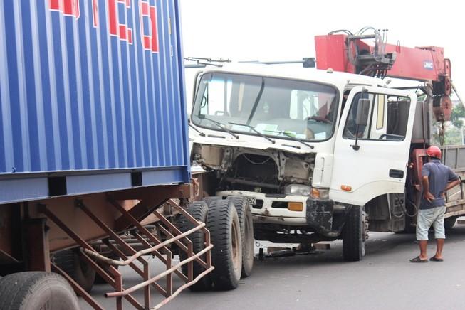 Xe tải cẩu húc vào đuôi container, giao thông ùn ứ