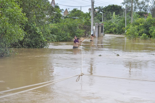 TP.Biên Hòa: Hàng trăm hộ dân bị cô lập do ngập