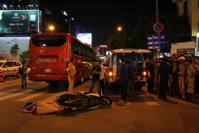 Va quẹt với xe khách, nam thanh niên bị cán tử vong