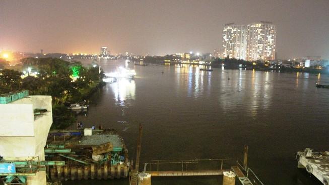 Đội mưa tìm cô gái nhảy cầu Sài Gòn