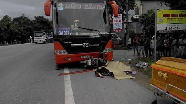 Xe khách chạy lấn tuyến đâm chết hai phụ nữ