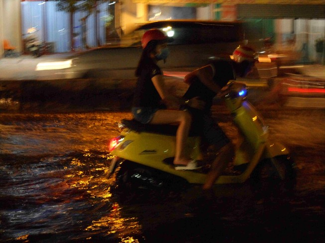 Triều cường, người Sài Gòn bì bõm lội nước về nhà