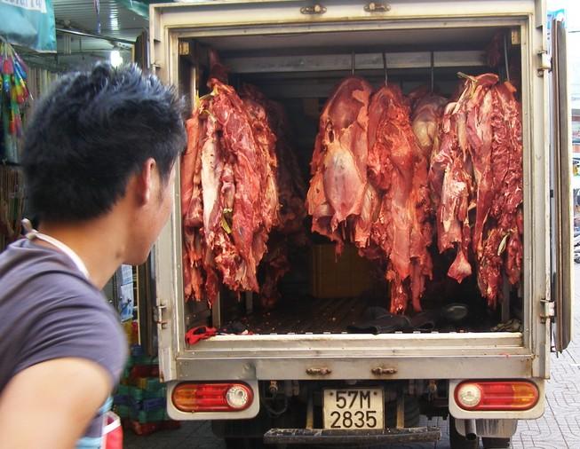 Ngăn chặn gần một tấn thịt và phụ phẩm bò bơm nước trước khi vào chợ