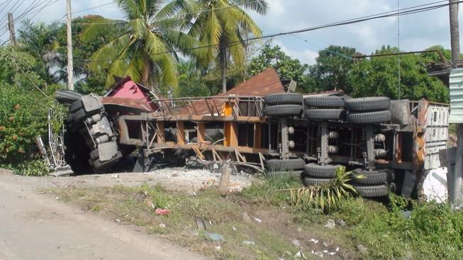 Xe container lao vào nhà dân, hai người chết, ba người bị thương