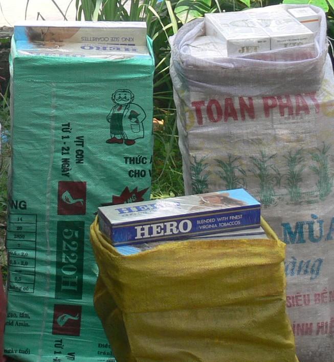 Bắt đối tượng vận chuyển 2.000 gói thuốc lá lậu