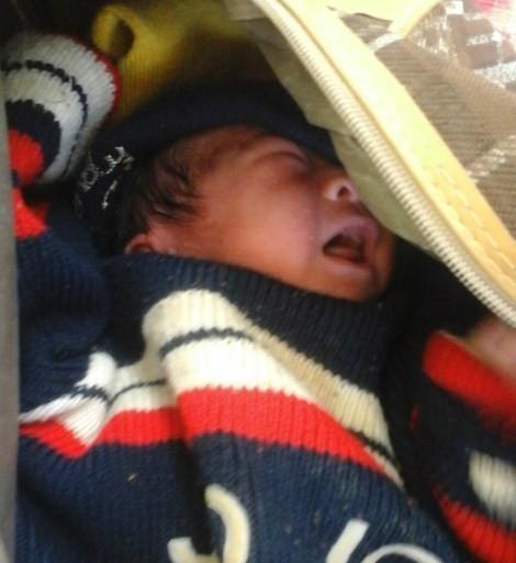 Cứu kịp thời bé sơ sinh bị bỏ rơi trong túi xách