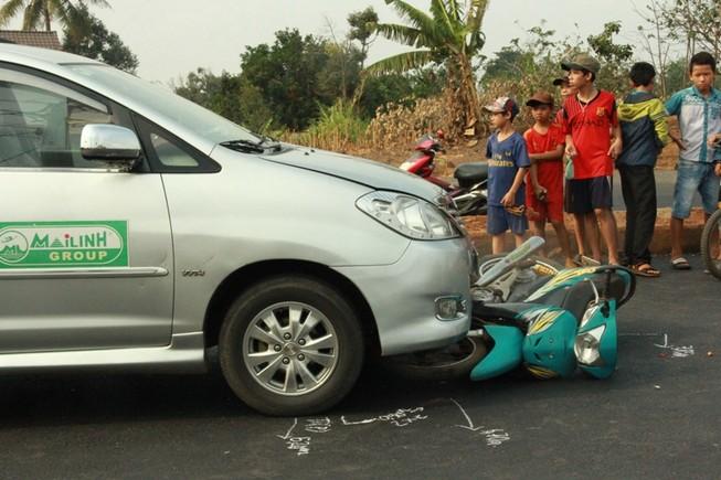 Người phụ nữ bị taxi tông, kéo lê gần 30 m