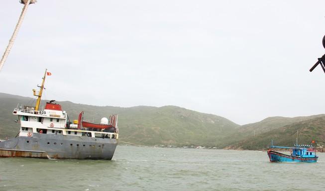 Tàu Hải quân cứu năm ngư dân bị nạn ở Hoàng Sa