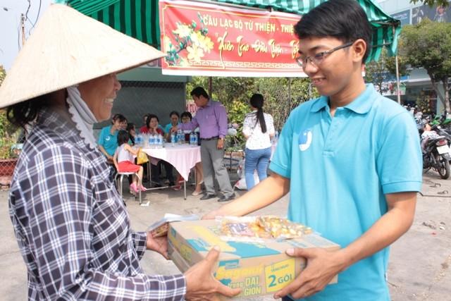 Tặng thịt kho, bánh mứt cho người nghèo đón Tết