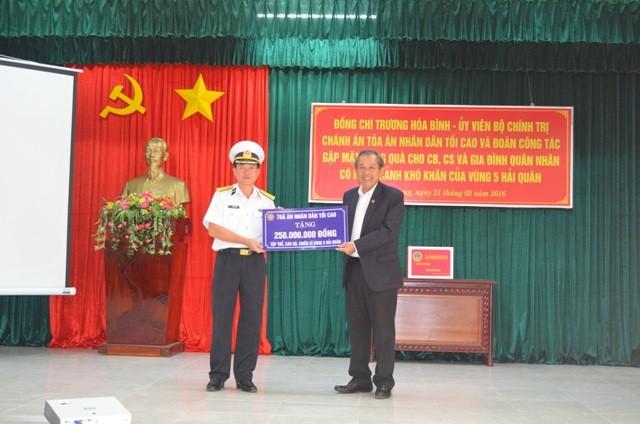 Chánh án TAND Tối cao thăm và tặng quà Bộ Tư lệnh Vùng 5 Hải quân