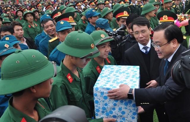 Bí thư Hà Nội đánh trống tiễn tân binh lên đường nhập ngũ