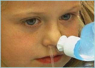 Có nên tự xịt, rửa mũi cho trẻ bằng nước muối sinh lý?