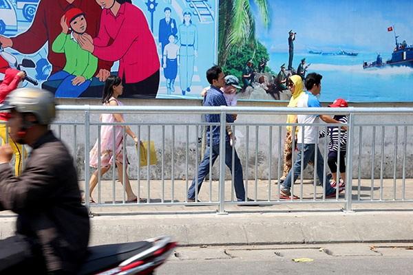 TP.HCM lắp dải phân cách trên vỉa hè cho người đi bộ