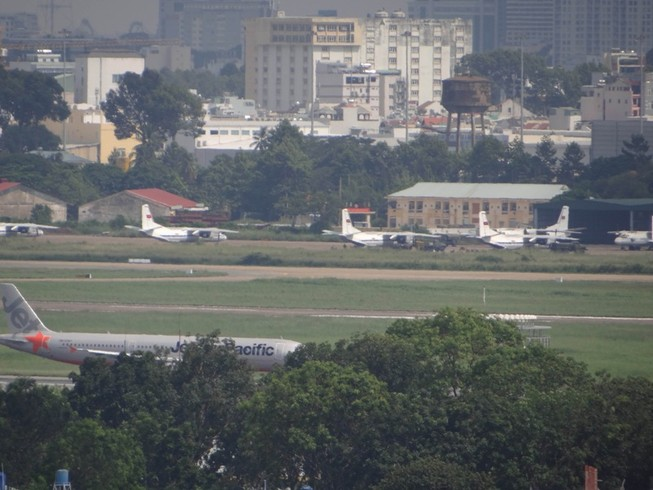 Lo nạn xả rác gây ngập sân bay Tân Sơn Nhất